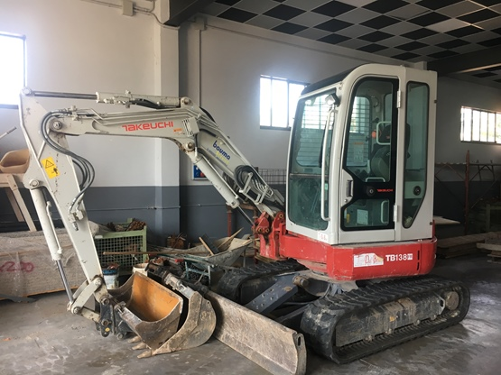 Escavatore Takeuchi TB138